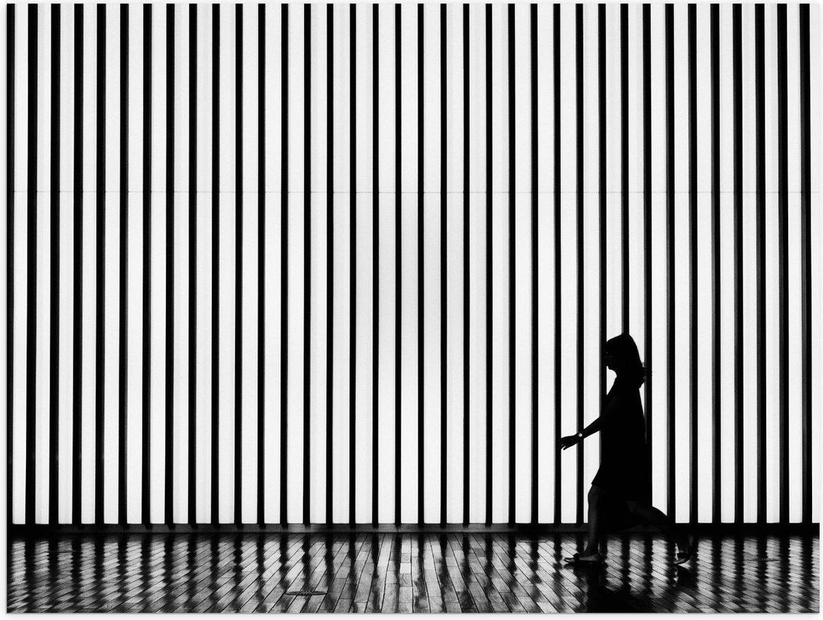 Poster – Silhouet Vrouw voor Gestreepte Muur  - 40x30cm Foto op Posterpapier