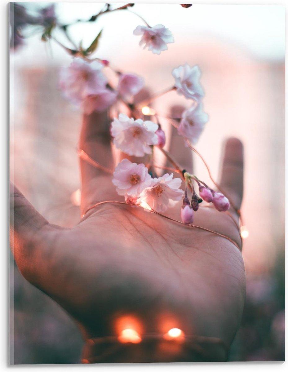 Plexiglas - Hand met Bloemen en Lampjes - 30x40cm Foto op Plexiglas (Wanddecoratie op Plexiglas)