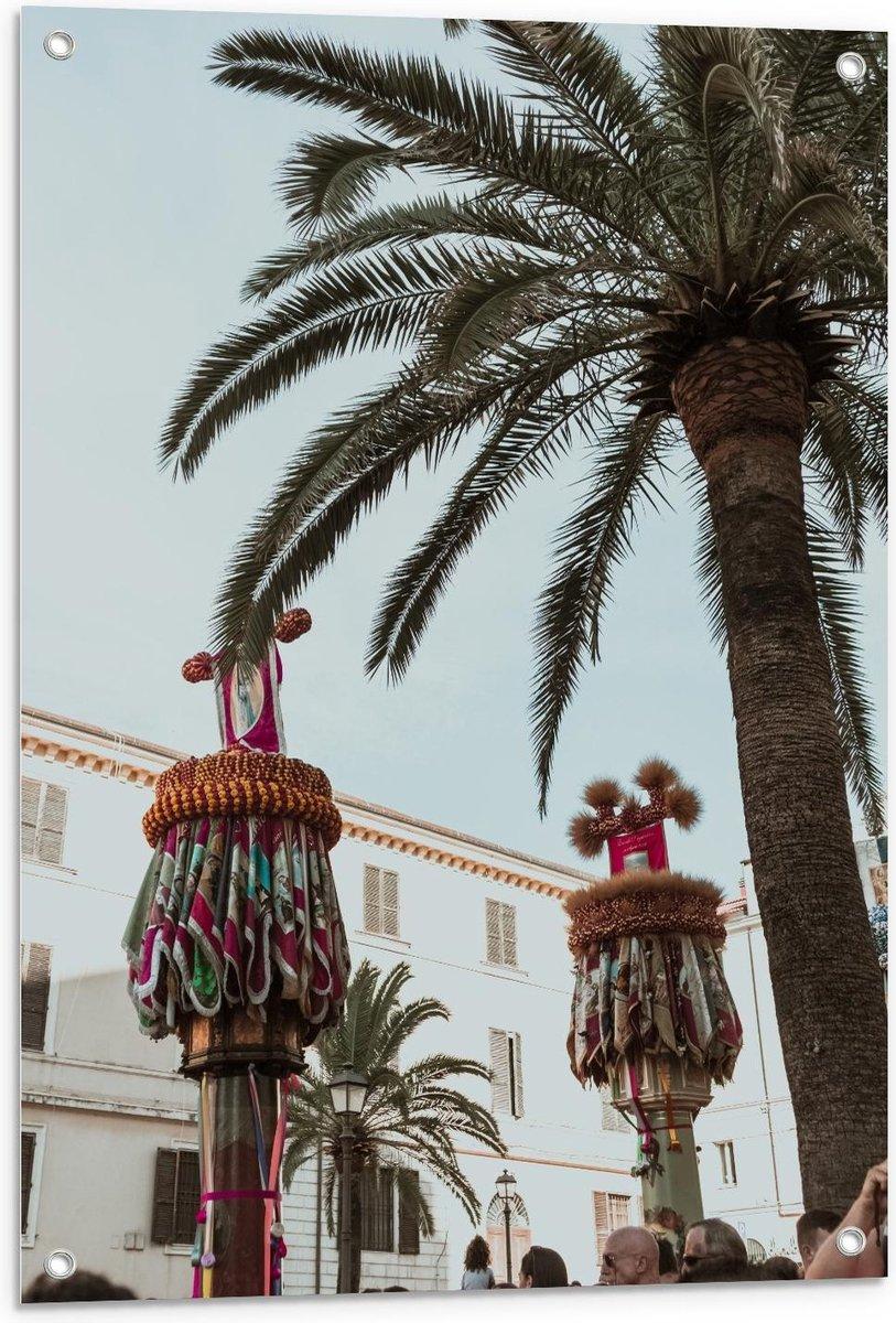 Tuinposter   Palmboom met Versierde Palen - 60x90cm Foto op Tuinposter  (wanddecoratie voor buiten en binnen)