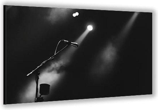 Dibond –Microfoon op het Podium– 60x40cm Foto op Aluminium (Met Ophangsysteem)