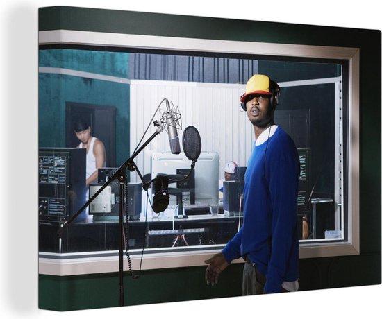Hiphop artiest in de opnamestudio 60x40 cm - Foto print op Canvas schilderij (Wanddecoratie woonkamer / slaapkamer)