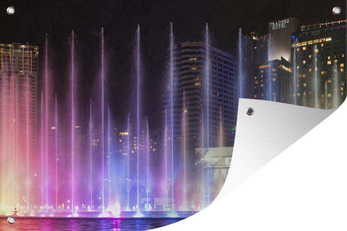 Tuinposter Fontein - Kleurrijke fontein in de nacht 180x120 cm - Tuindoek/Buitencanvas/Schilderijen voor buiten (tuin decoratie) XXL / Groot formaat!