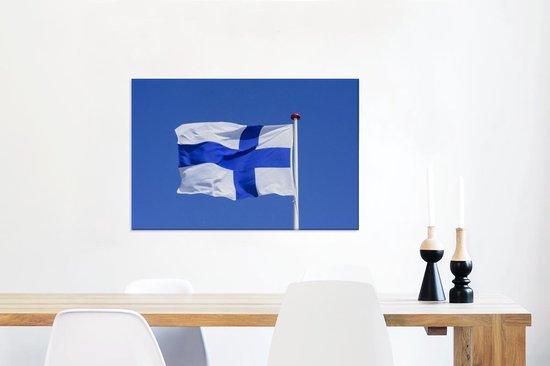 Finse vlag in de blauwe lucht Canvas 60x40 cm - Foto print op Canvas schilderij (Wanddecoratie woonkamer / slaapkamer)