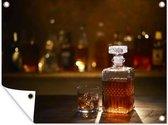 Een fles whiskey op een bar tuinposter 80x60 cm - Tuindoek / Buitencanvas / Schilderijen voor buiten (tuin decoratie)