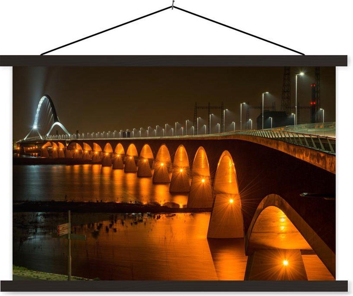 Verlichting van de Waalbrug in de Nederlandse stad Nijmegen schoolplaat platte latten zwart 120x80 cm - Foto print op textielposter (wanddecoratie woonkamer/slaapkamer)