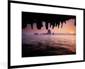 Poster met lijst Nationaal park Ao Phang-Nga - Uitzicht over het water met een roze hemel bij het Nationaal Park Ao Phang Nga - fotolijst zwart - 90x60 cm - Poster met lijst