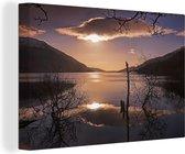 Kleurrijke zonsopgang over het Loch Lomond meer in Schotland Canvas 90x60 cm - Foto print op Canvas schilderij (Wanddecoratie woonkamer / slaapkamer)