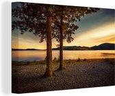 Twee bomen aan de rand van het Loch Lomond meer met een kleurrijke hemel Canvas 90x60 cm - Foto print op Canvas schilderij (Wanddecoratie woonkamer / slaapkamer)