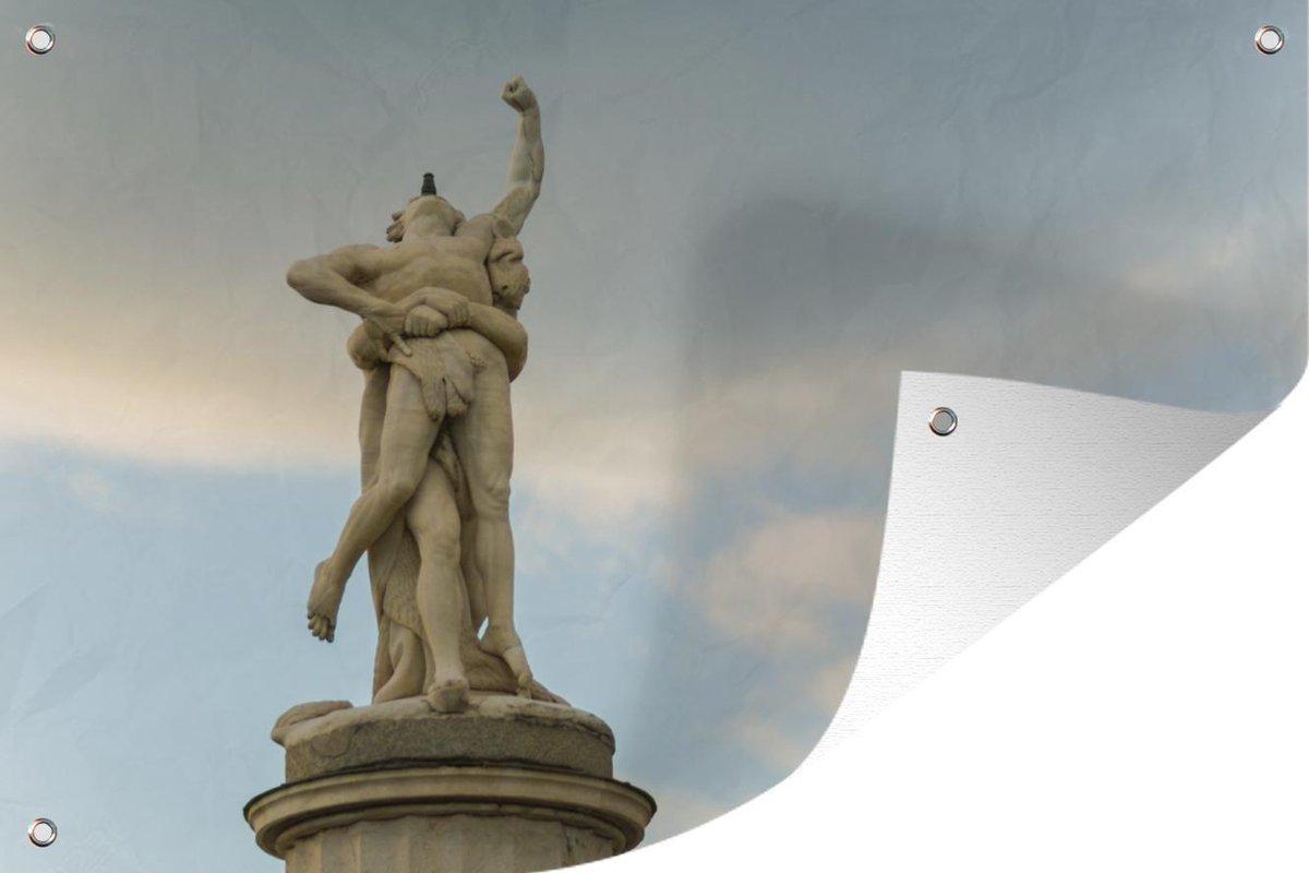 Een foto van een fontein van Hercules en Antaeus tuinposter 120x80 cm - Tuindoek / Buitencanvas / Schilderijen voor buiten (tuin decoratie)