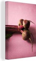 Bos van rode bieten op een roze doek Canvas 80x120 cm - Foto print op Canvas schilderij (Wanddecoratie woonkamer / slaapkamer)