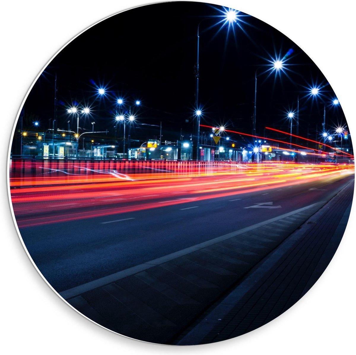 Forex Wandcirkel - Weg door Stad in de Nacht  - 30x30cm Foto op Wandcirkel (met ophangsysteem)
