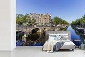 Fotobehang Brouwersgracht Amsterdam -  Brouwersgracht in Amsterdam weerkaatst  blauwe lucht breedte 600 cm x hoogte 400 cm - Foto print op vinyl behang (in 7 formaten beschikbaar) - slaapkamer/woonkamer/kantoor