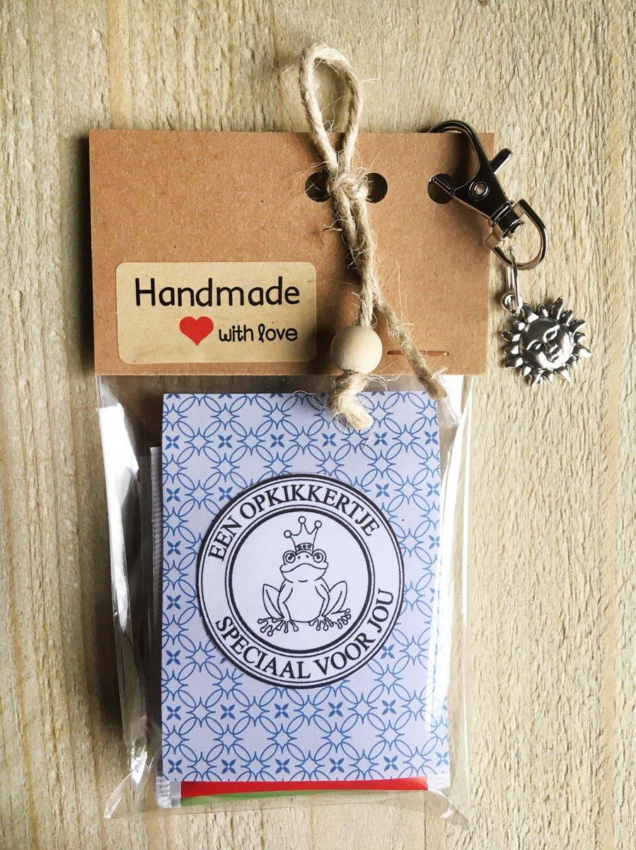 Thee cadeau met de tekst 'een opkikkertje speciaal voor jou', met 4 verschillende theezakjes, sleute