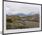 Foto in lijst - Mooie gebergtes van het Nationaal park Tierra del Fuego fotolijst zwart met witte passe-partout 60x40 cm - Poster in lijst (Wanddecoratie woonkamer / slaapkamer)