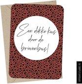 Wenskaart 'Een dikke kus door de brievenbus' inclusief kraft envelop - Hippe ansichtkaart