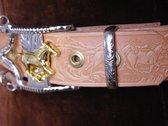 Western riem van tuigleer met paarden en gesp in de vorm van een bit