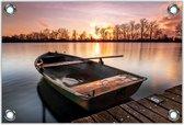 Tuinposter –Boot in Water met Ondergaande Zon -60x40  Foto op Tuinposter  (wanddecoratie voor buiten en binnen)