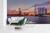Fotobehang vinyl - Skyline van Rotterdam met de Erasmusbrug breedte 605 cm x hoogte 340 cm - Foto print op behang (in 7 formaten beschikbaar)