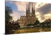 Sagrada Familia bij water Barcelona in Spanje Aluminium 120x80 cm - Foto print op Aluminium (metaal wanddecoratie)