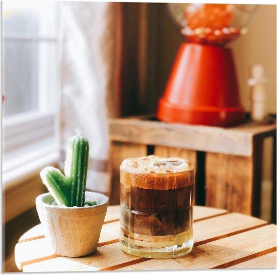 Plexiglas - Drankje + Cactus op Tafel  - 50x50cm Foto op Plexiglas (Met Ophangsysteem)