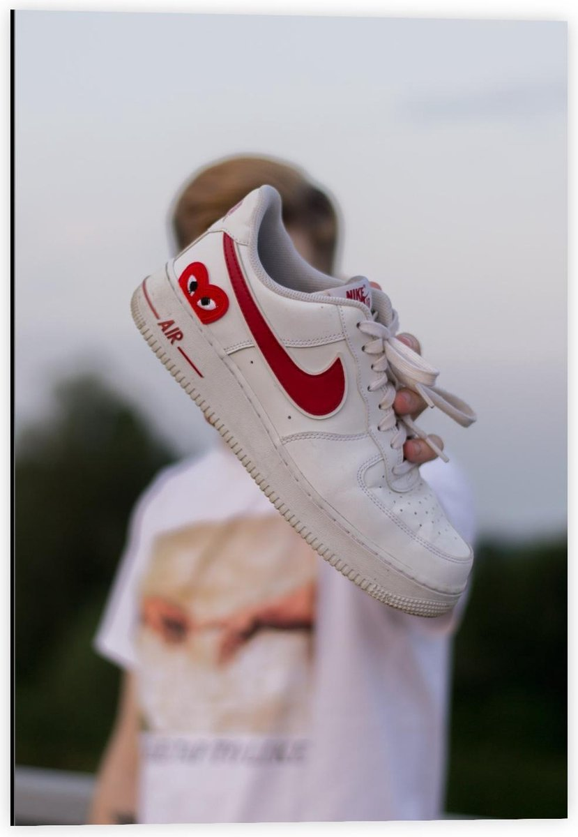 Dibond - Wit met Rode Nike Schoen  - 40x60cm Foto op Aluminium (Wanddecoratie van metaal)