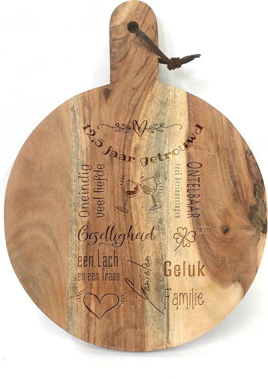 Ronde snijplank/hapjesplank met tekst gravure 12,5 JAAR GETROUWD. Een origineel cadeau voor een 12,5 jarige bruiloft. Het formaat is 40x30cm incl. handvat en 30cm doorsnede excl. handvat.