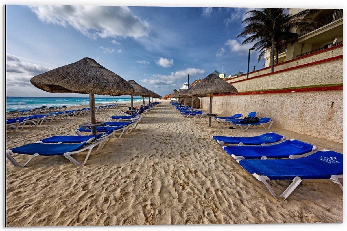 Dibond - Blauwe Bedjes op het Strand met Rieten Paracols  - 60x40cm Foto op Aluminium (Wanddecoratie van metaal)