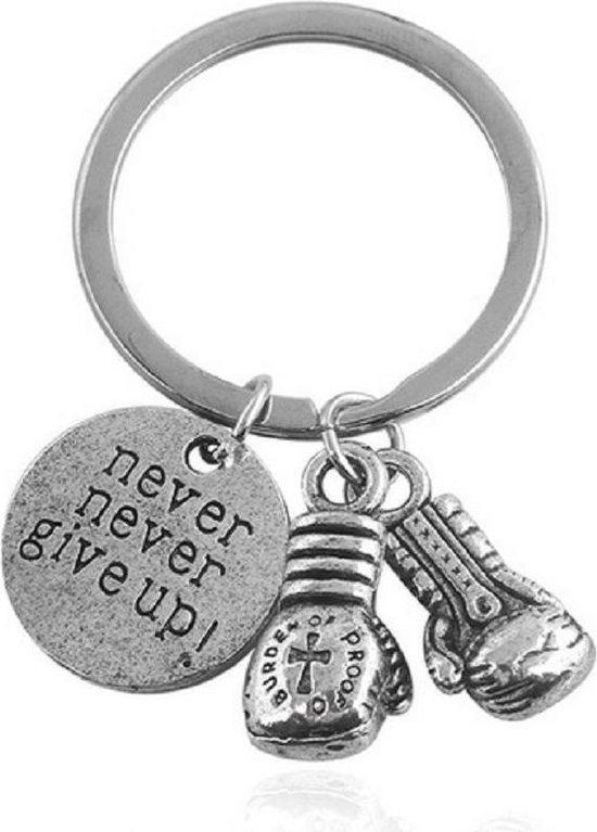 Sleutelhanger - Never Never Give Up - Motivatie Geschenk - Boksen - Cadeau - Sterkte - Zilver