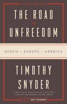 Boek cover The Road to Unfreedom van Timothy Snyder (Paperback)