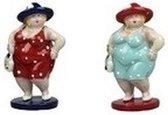 2x Dikke staande dames beeldjes 20 cm in rode/lichtblauwe jur