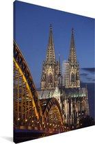 Hohenzollernbrücke voor de Dom van Keulen in Duitsland Canvas 80x120 cm - Foto print op Canvas schilderij (Wanddecoratie woonkamer / slaapkamer)