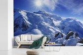 De Mont Blanc met mooie zonnestralen fotobehang vinyl breedte 390 cm x hoogte 260 cm - Foto print op behang (in 7 formaten beschikbaar)