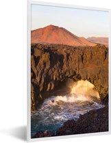 Foto in lijst - Vulkanische kliffen in het Nationaal park Timanfaya in Spanje fotolijst wit 40x60 cm - Poster in lijst (Wanddecoratie woonkamer / slaapkamer)