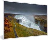 Foto in lijst - Waterdamp van de Gullfoss waterval in IJsland fotolijst wit 60x40 cm - Poster in lijst (Wanddecoratie woonkamer / slaapkamer)