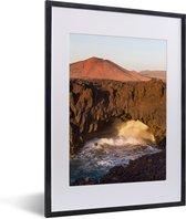 Foto in lijst - Vulkanische kliffen in het Nationaal park Timanfaya in Spanje fotolijst zwart met witte passe-partout klein 30x40 cm - Poster in lijst (Wanddecoratie woonkamer / slaapkamer)