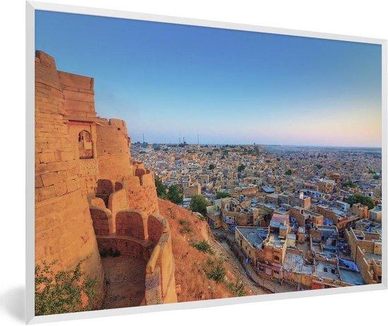 Foto in lijst - Hoge foto vanaf het fort over Jaisalmer in India fotolijst wit 60x40 cm - Poster in lijst (Wanddecoratie woonkamer / slaapkamer)