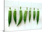 Okra groenten op een witte en betegelde achtergrond Aluminium 160x120 cm - Foto print op Aluminium (metaal wanddecoratie) XXL / Groot formaat!