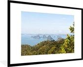 Poster met lijst Nationaal park Ao Phang Nga - Een uitzicht over het Nationaal park Ao Phang Nga fotolijst zwart met witte passe-partout groot - fotolijst zwart - 90x60 cm - Poster met lijst
