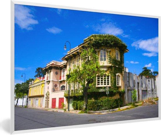 Foto in lijst - Groene begroeiing op een huis in het Costa Ricaanse San José fotolijst wit 60x40 cm - Poster in lijst (Wanddecoratie woonkamer / slaapkamer)