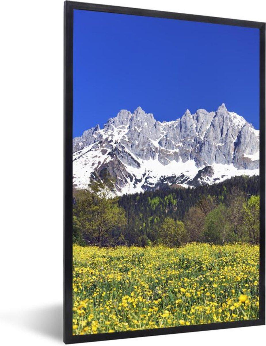 Foto in lijst - Weide van paardenbloemen ligt voor de bergen van Tirol fotolijst 20x30 cm - Poster in lijst