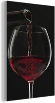 Plaatje van rode wijn die in wijnglas wordt gegoten Aluminium 120x180 cm - Foto print op Aluminium (metaal wanddecoratie) XXL / Groot formaat!