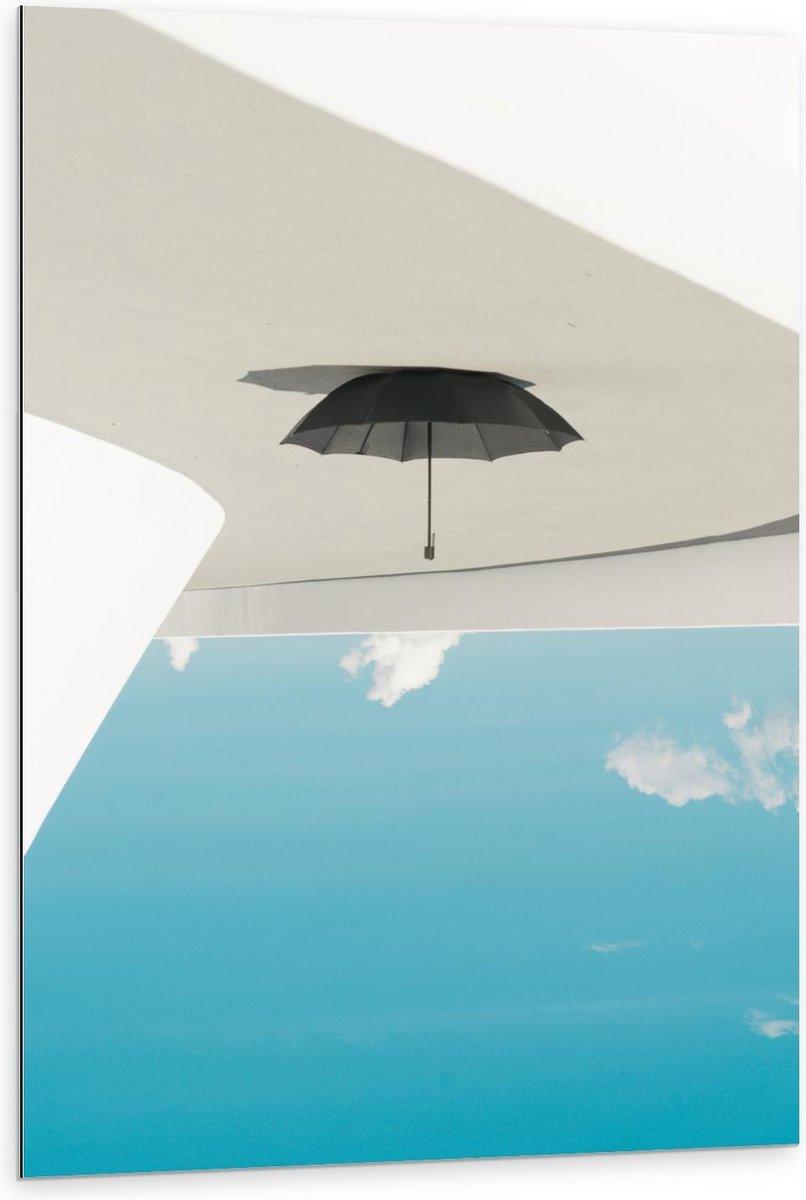 Dibond - Hangende Paraplu bij Wolken - 80x120cm Foto op Aluminium (Wanddecoratie van metaal)