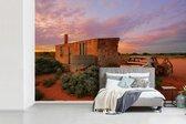 Fotobehang Boerderij - Een oude boerderij in een droog landschap breedte 450 cm x hoogte 300 cm - Foto print op vinyl behang (in 7 formaten beschikbaar) - slaapkamer/woonkamer/kantoor
