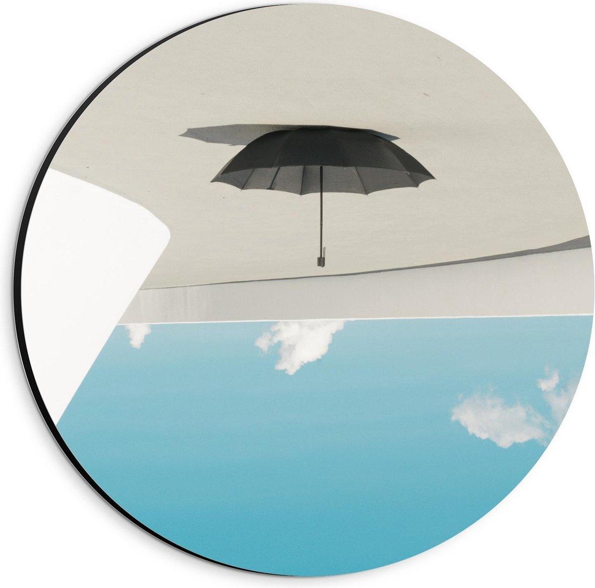 Dibond Wandcirkel - Hangende Paraplu bij Wolken - 20x20cm Foto op Aluminium Wandcirkel (met ophangsysteem)