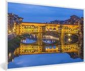 Foto in lijst - De Ponte Vecchio verlicht in de avond in Italië fotolijst wit 60x40 cm - Poster in lijst (Wanddecoratie woonkamer / slaapkamer)