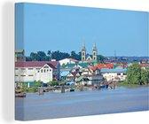 Canvas Schilderijen - Uitzicht op Paramaribo vanaf een rivier - 90x60 cm - Wanddecoratie