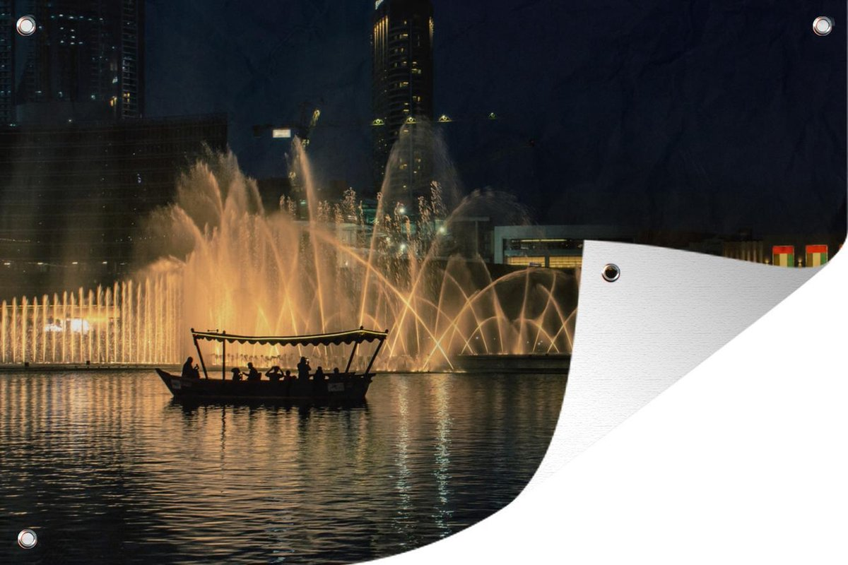 Tuinposter Dubai Fontein - Boot op de Dubai fontein tuinposter los doek 180x120 cm - Tuindoek/Buitencanvas/Schilderijen voor buiten (tuin decoratie) XXL / Groot formaat!