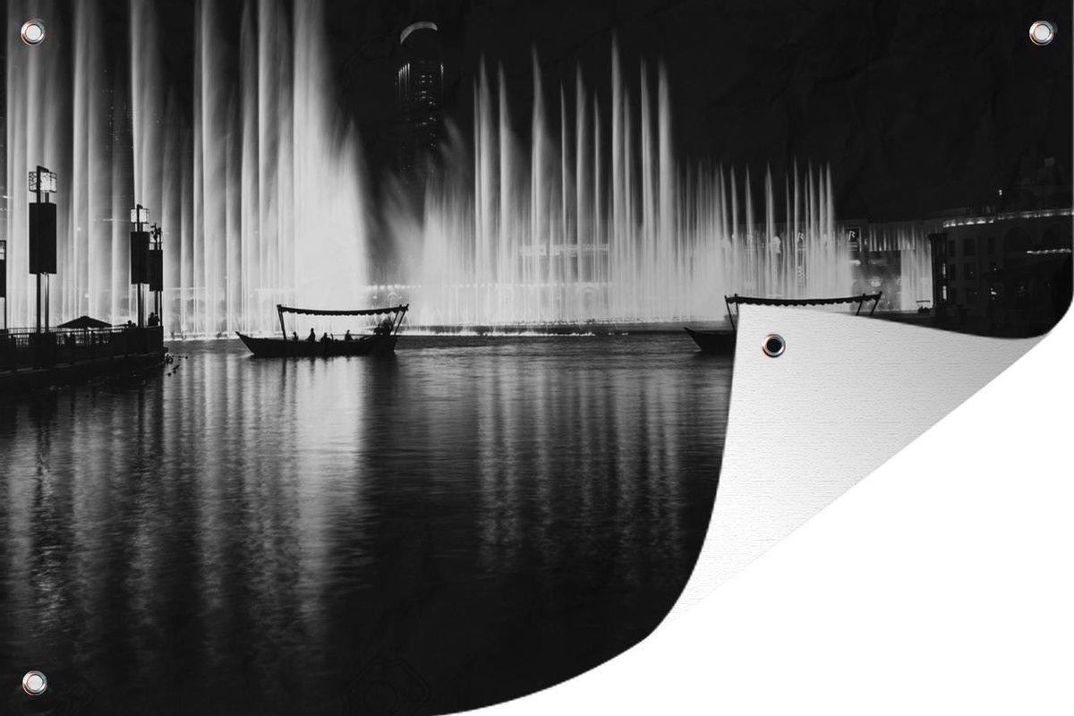 Tuinposter Dubai Fontein - Fontein in Dubai in zwart-wit tuinposter los doek 180x120 cm - Tuindoek/Buitencanvas/Schilderijen voor buiten (tuin decoratie) XXL / Groot formaat!