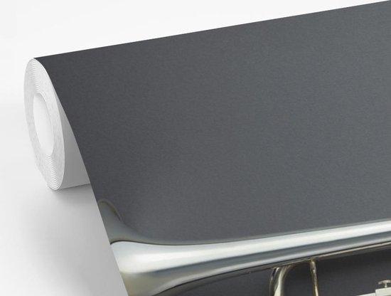 Fotobehang vinyl - Mooie zilveren trompet op een grijze achtergrond breedte 330 cm x hoogte 240 cm - Foto print op behang (in 7 formaten beschikbaar)
