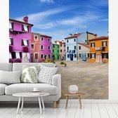 Fotobehang  Burano - Kleurrijke woningen op plein in Burano breedte 220 cm x hoogte 220 cm - Foto print op vinyl behang (in 7 formaten beschikbaar) - slaapkamer/woonkamer/kantoor